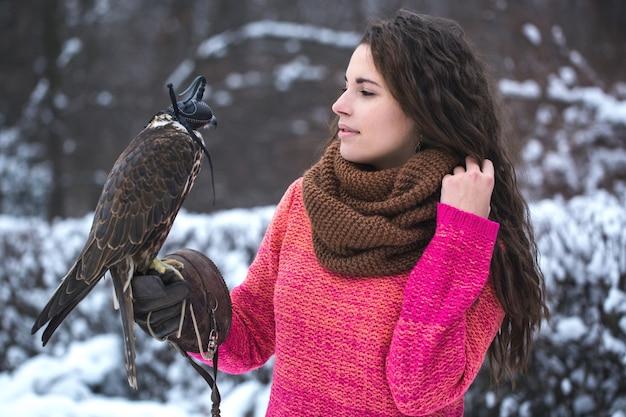 Une femme communique avec un oiseau
