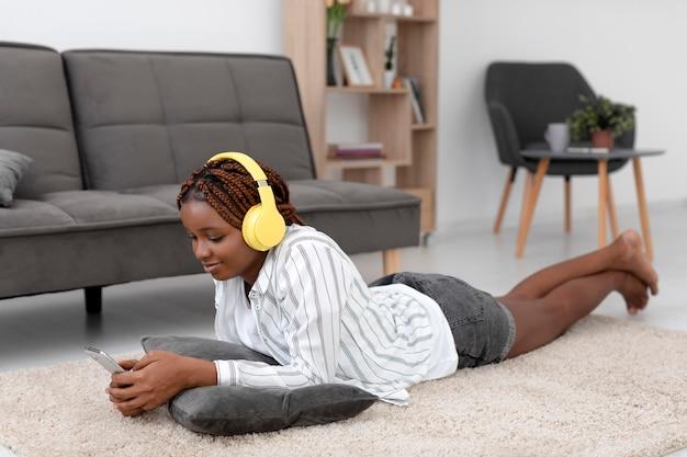 Femme complète avec des appareils à la maison