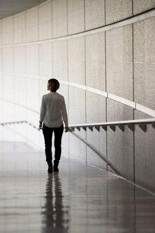 Femme complète dans un environnement moderne