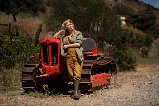 Femme complète près de la machine agricole