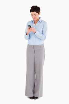 Femme en composant sur son téléphone
