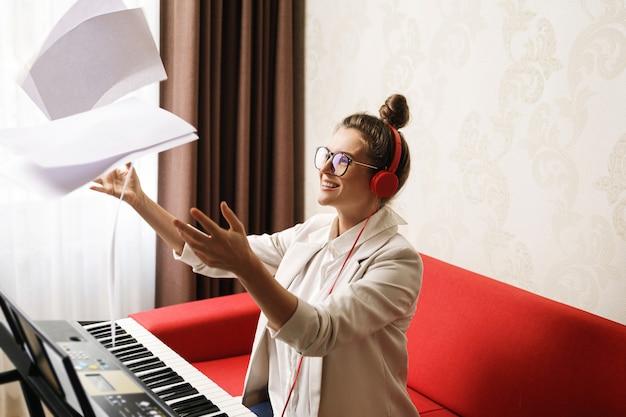 Une femme compositrice a eu une inspiration lors d'une écriture musicale