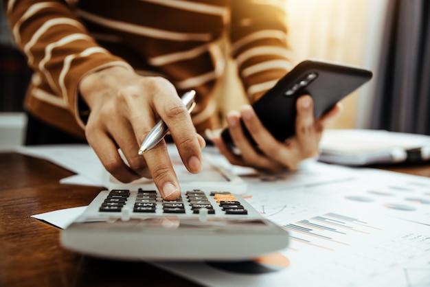 Femme comptable ou banquier faisant le calcul du concept bancaire de la finance et de l'économie.