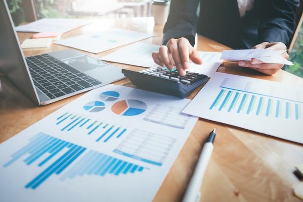 Femme comptable ou banquier utiliser la calculatrice.