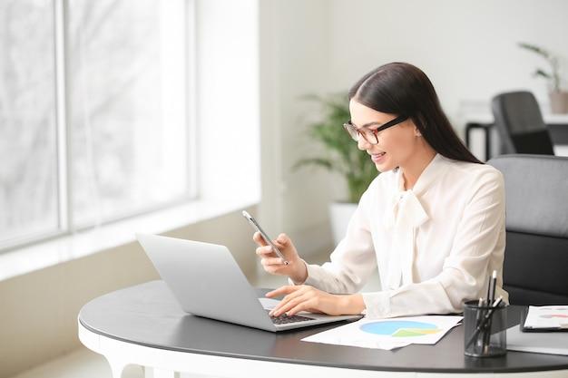 Femme comptable travaillant au bureau