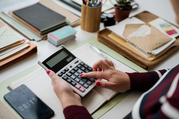 Femme comptable travaillant sur le bureau