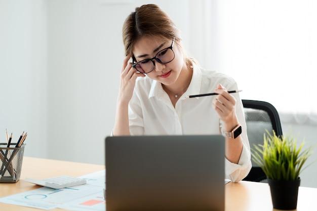 Femme comptable travaillant inspecteur financier et secrétaire faisant un rapport calculant le solde. document de vérification de l'internal revenue service. notion de vérification.