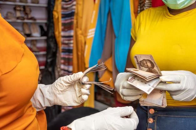 Femme comptant de l'argent dans un magasin local