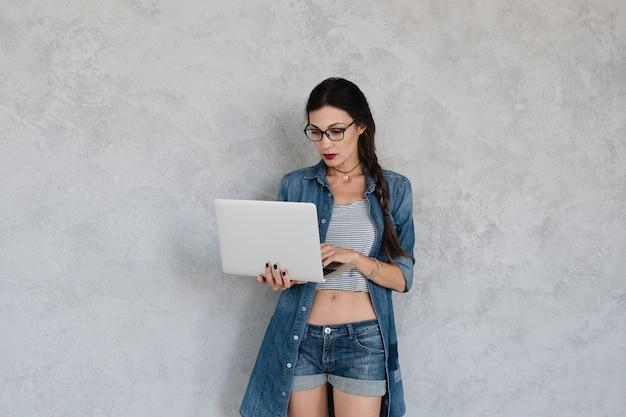 Femme, concentré, ordinateur portable, écran