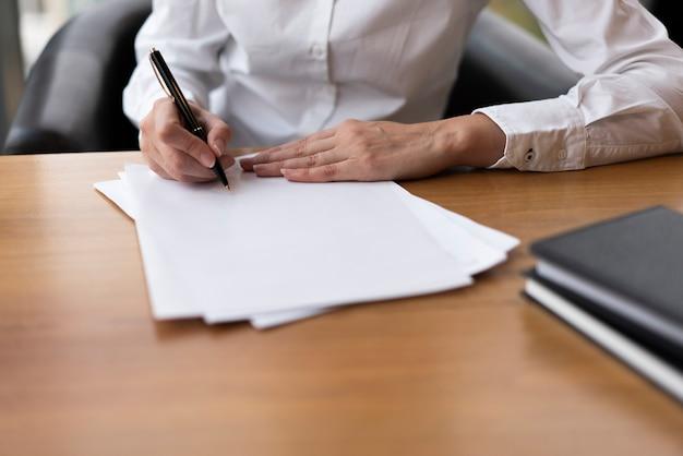 Femme concentrée, écriture, sur, papier blanc