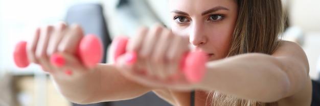 Femme concentrée faisant de l'exercice