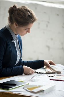 Femme conceptrice travaillant avec des échantillons de couleurs