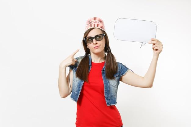 Femme concernée dans des lunettes 3d avec seau pour pop-corn sur la tête en regardant un film, pointant l'index sur un nuage avec place pour le texte, espace de copie isolé sur fond blanc. les émotions au cinéma.