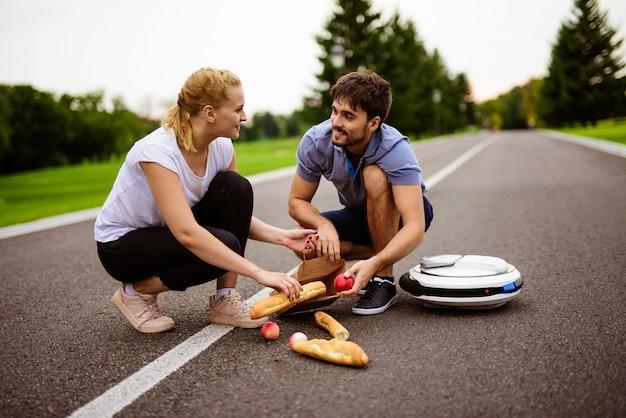 Une femme conduisait le long du chemin du parc sur le monocycle et est tombée.
