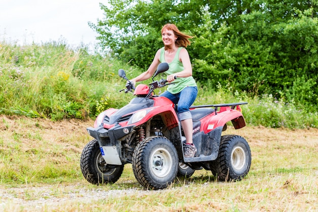 Femme conduisant hors route avec quad ou vtt