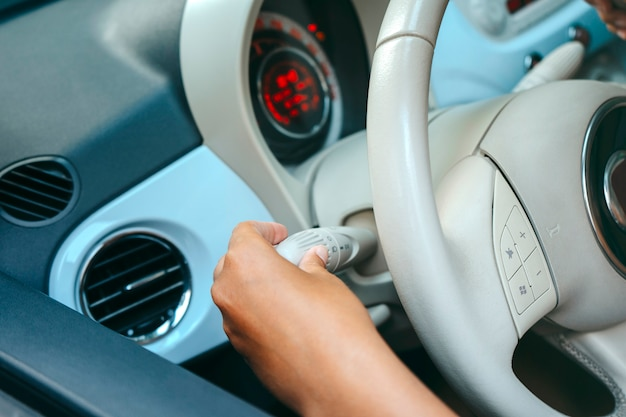 Femme conduisant sa voiture
