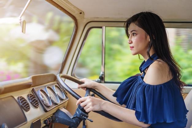 Femme conduisant une voiture vintage