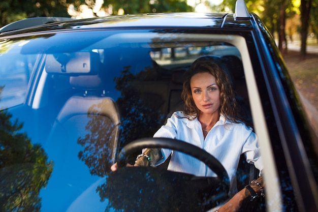 Femme conduisant une voiture