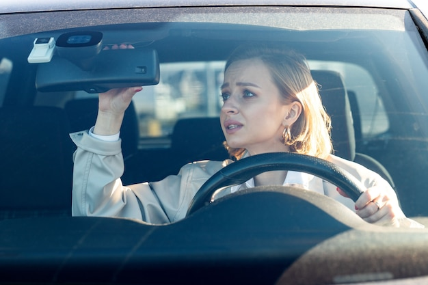 Une femme conduit sa voiture pour la première fois et essaie d'éviter un accident de voiture