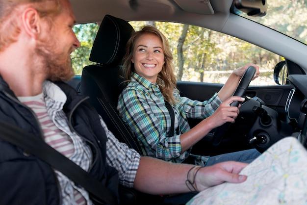 Femme conduit et sourit concept d'aventure