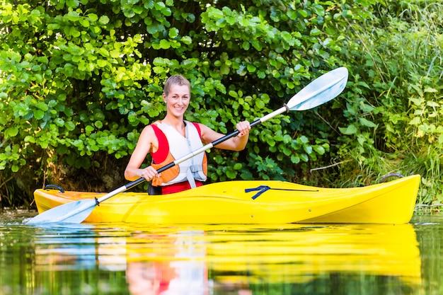 Femme, conduite, kayak, sur, forêt, rivière