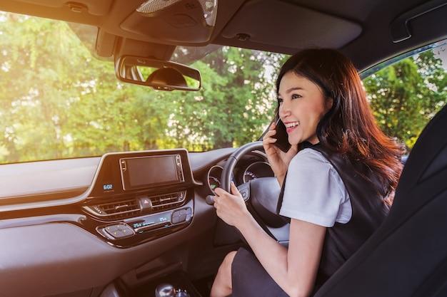 Femme, conduite voiture, et, conversation téléphone mobile