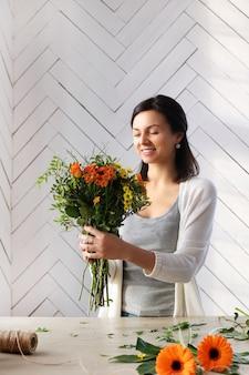 Femme, confection, beau, floral, bouquet