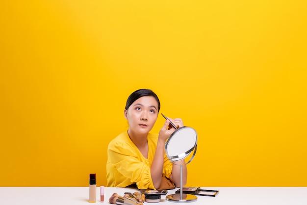 Femme, confection, maquillage, miroir, séance, bureau