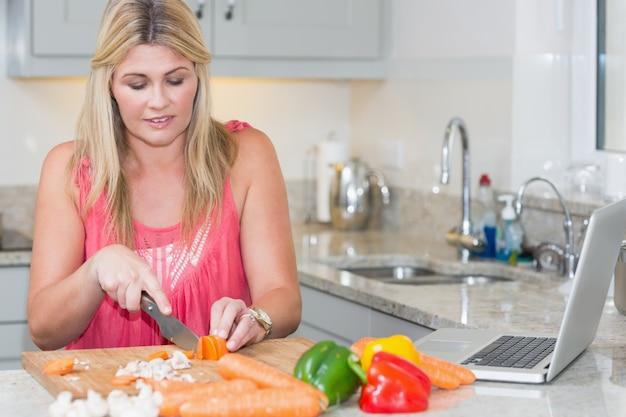 Femme, confection, recette, internet, ordinateur portable, cuisine