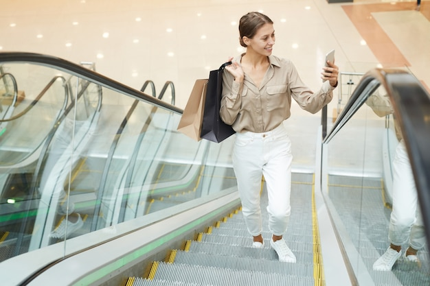 Femme, confection, selfie, escalator