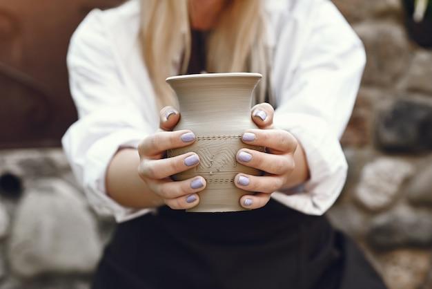 Femme, confection, vase, argile
