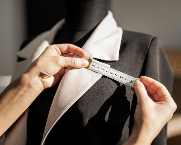 Femme, confection, veste, gros plan