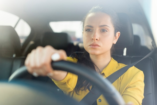 Femme confiante au volant de sa voiture