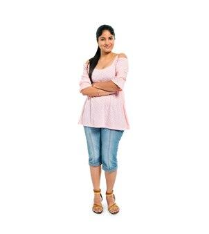 Femme confiante debout avec les bras croisés