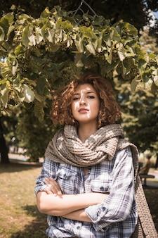 Femme confiante, debout, sous, arbre