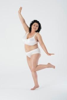 Femme confiante debout en sous-vêtements