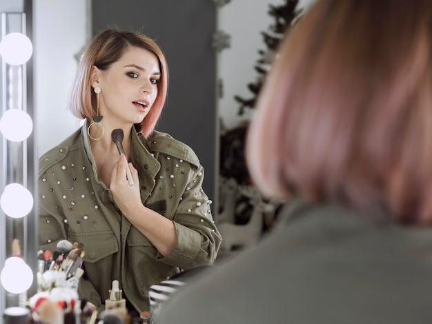 Femme confiante, demande, maquillage