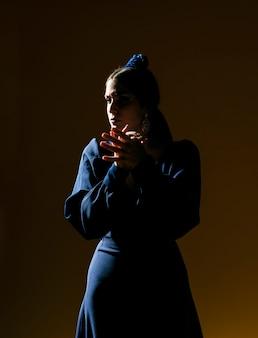 Femme confiante, frappant des mains dans l'ombre