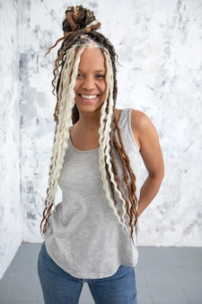 Femme confiante avec de jolis cheveux créatifs