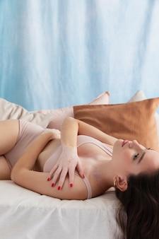 Femme confiante avec le vitiligo posant