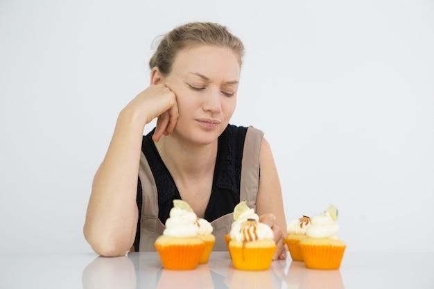 Femme confiseur pensant à l'ingrédient manquant