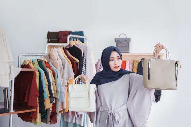 Une femme confuse achète un nouveau sac à main