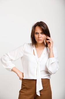 Femme confuse, avoir, appel téléphonique