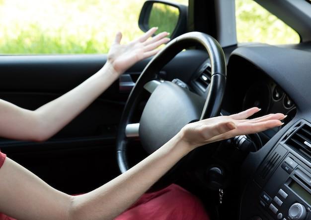 Femme confuse derrière le volant. situation inconnue pendant la conduite.