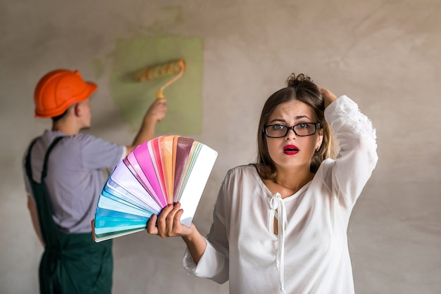 Femme confuse par la couleur du mur