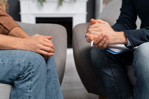 Femme et conseiller main dans la main