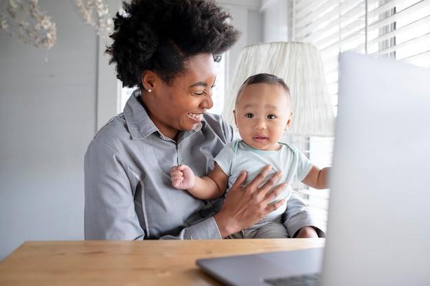 Femme consultant un médecin en télémédecine en ligne depuis son domicile
