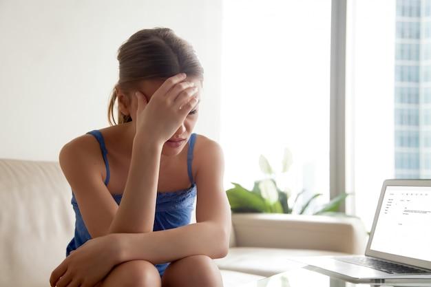Femme contrariée par de mauvaises nouvelles dans une lettre électronique