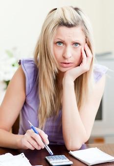 Femme contrariée payant ses factures