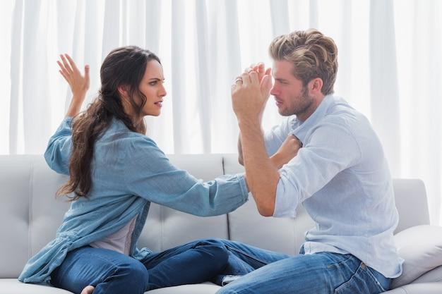 Femme contrariée sur le point de gifler son partenaire